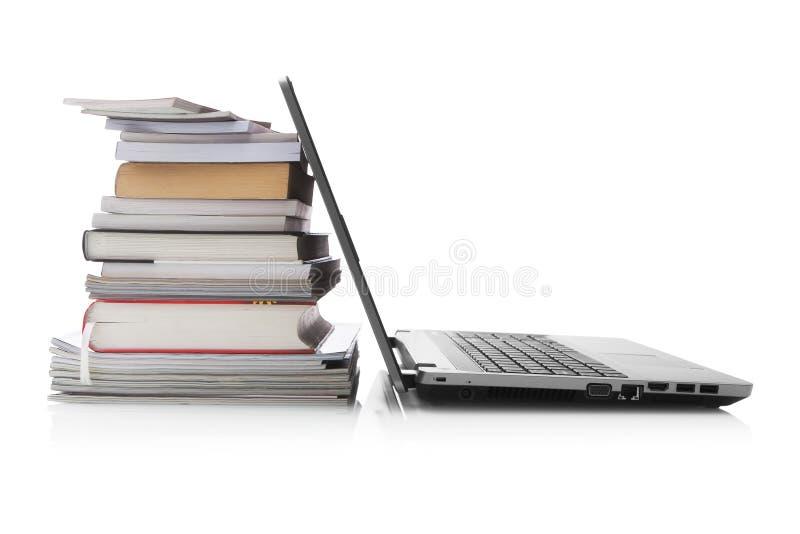 Libros y computadora portátil fotos de archivo