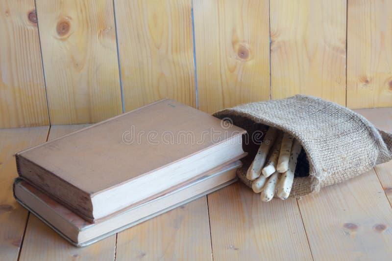 Libros y dulces imágenes de archivo libres de regalías