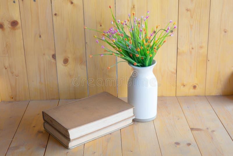 Libros y floreros fotografía de archivo
