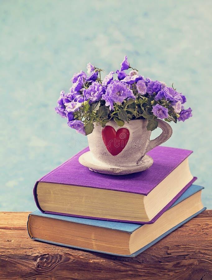 Libros y flores fotografía de archivo