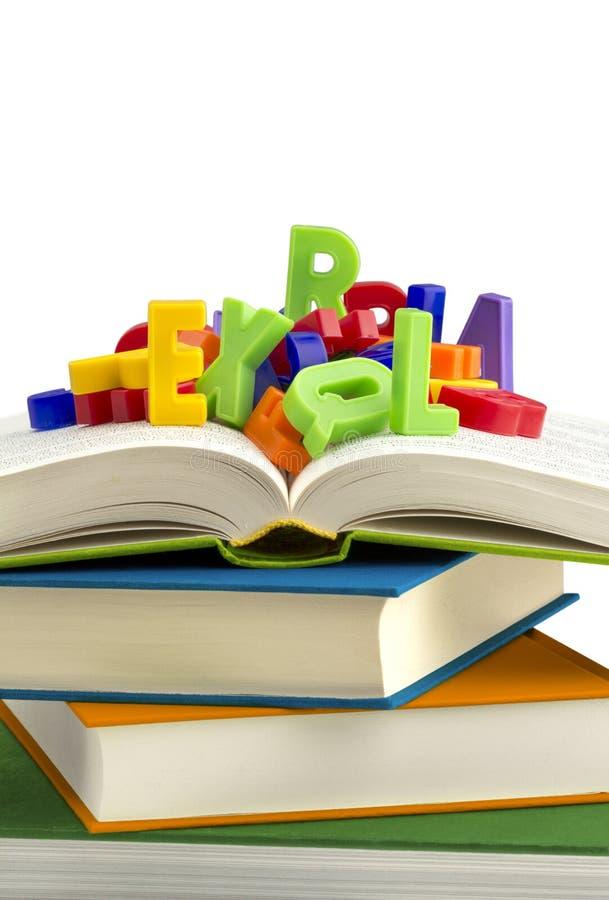 Libros y letras del plástico imagen de archivo