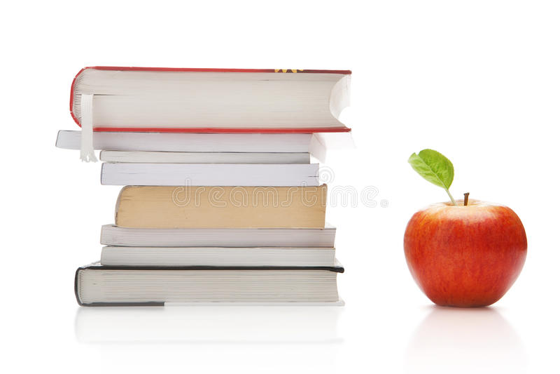 Libros y manzana foto de archivo libre de regalías