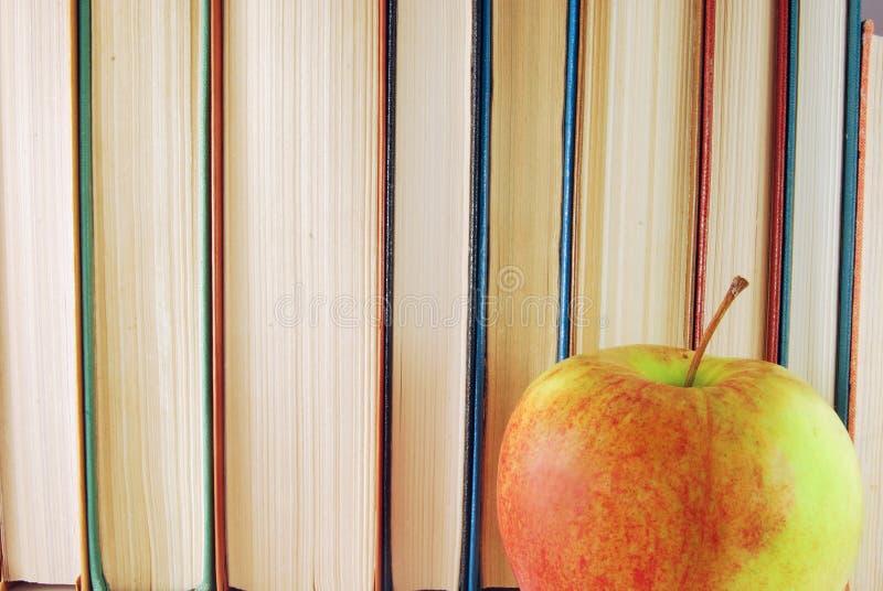 Download Libros y manzana foto de archivo. Imagen de color, learning - 7288288