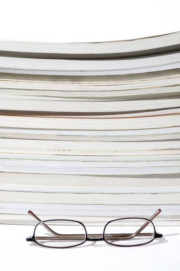 Libros y vidrios de lectura fotografía de archivo libre de regalías