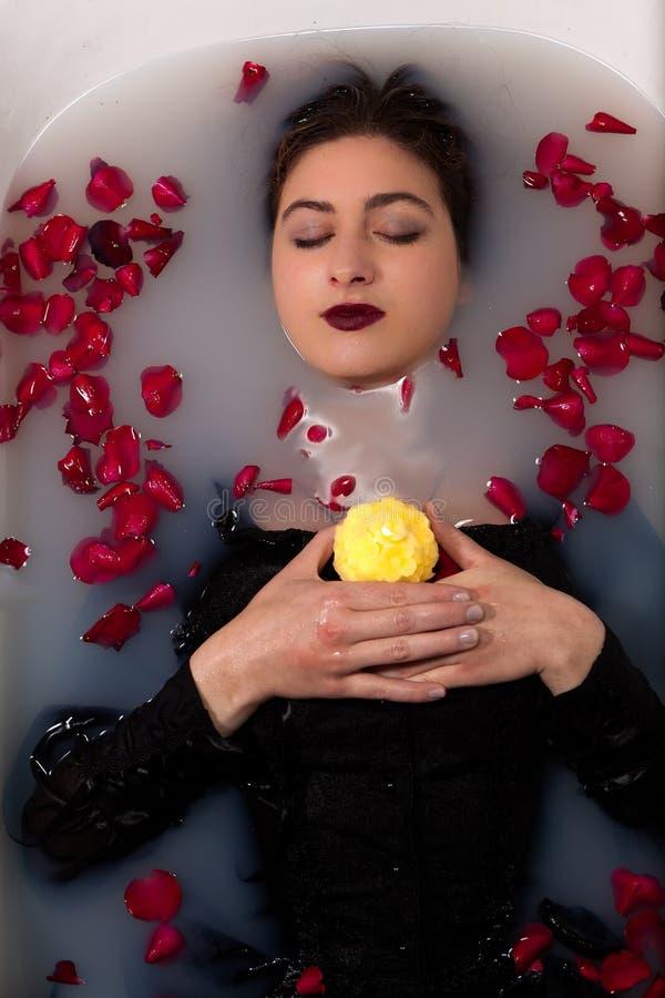 Licença da rosa do vermelho da vela do banho da menina fotografia de stock royalty free