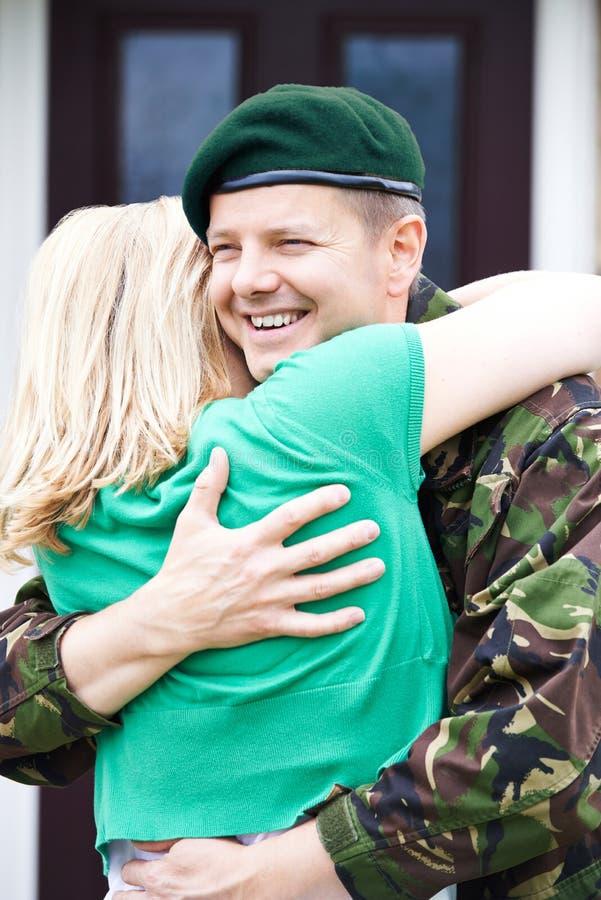 Licencia de Visiting Home On del soldado que abraza a la esposa imagen de archivo libre de regalías