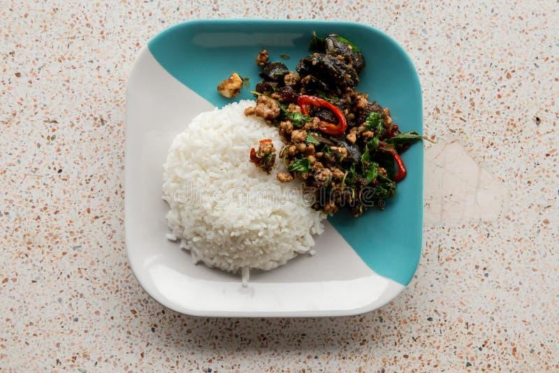 Licencia sofrita de la albahaca con cerdo picadito, pollo, huevo y zanahoria preservada frita, maíz amarillo, bróculi con arroz y foto de archivo