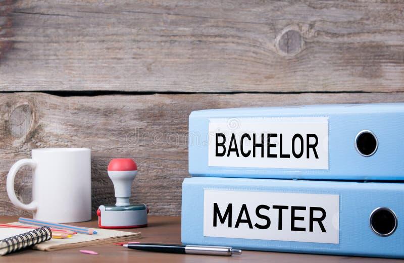 Licenciado e mestre Duas pastas na mesa no escritório Negócios fotos de stock