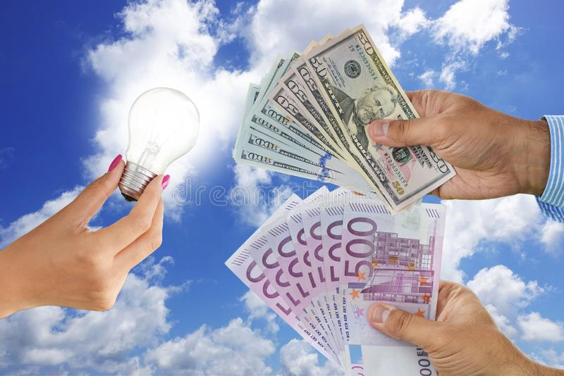 Licencji lub wymyślenia patenty nabywają pojęcie, z żarówką i różnymi gotówkowymi banknotami na jasnym niebieskim niebie fotografia stock