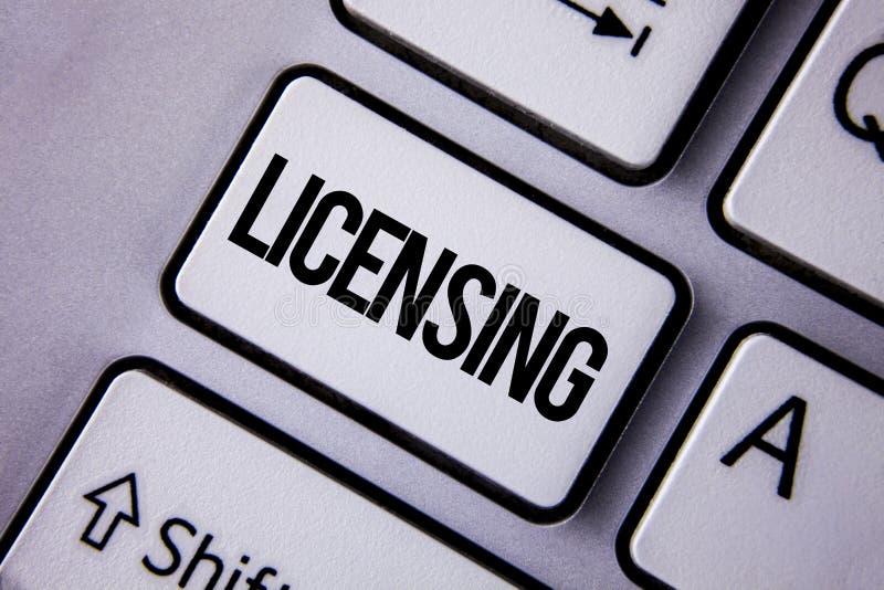Licensera för handskrifttext Begreppsbetydelselånet ett tillstånd för licens bruket av något låter lagligt aktivitet som är skrif royaltyfri fotografi