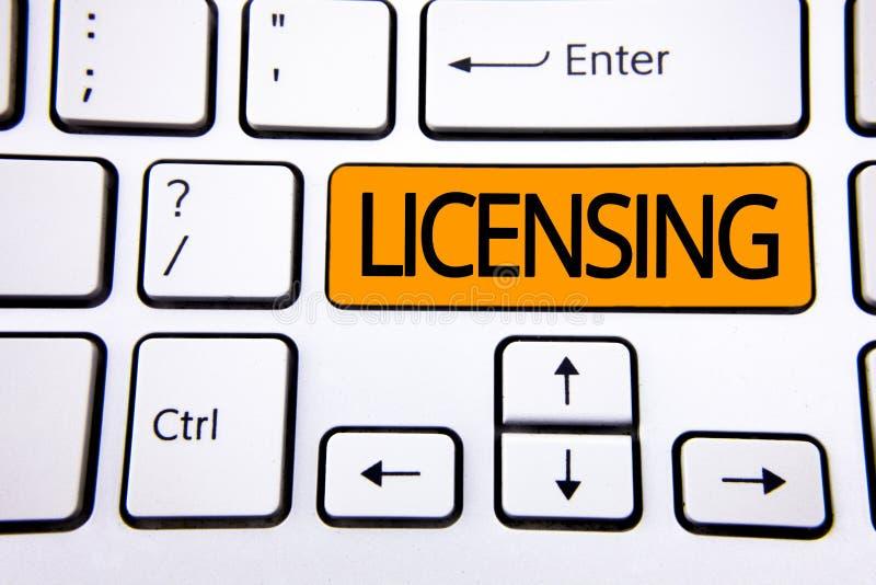 Licensera för textteckenvisning Det begreppsmässiga fotolånet ett tillstånd för licens bruket av något låter lagligt aktivitet so royaltyfria foton