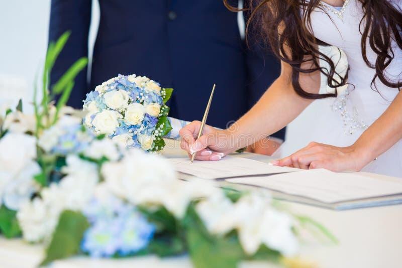 Licenza di nozze di firma della sposa immagine stock