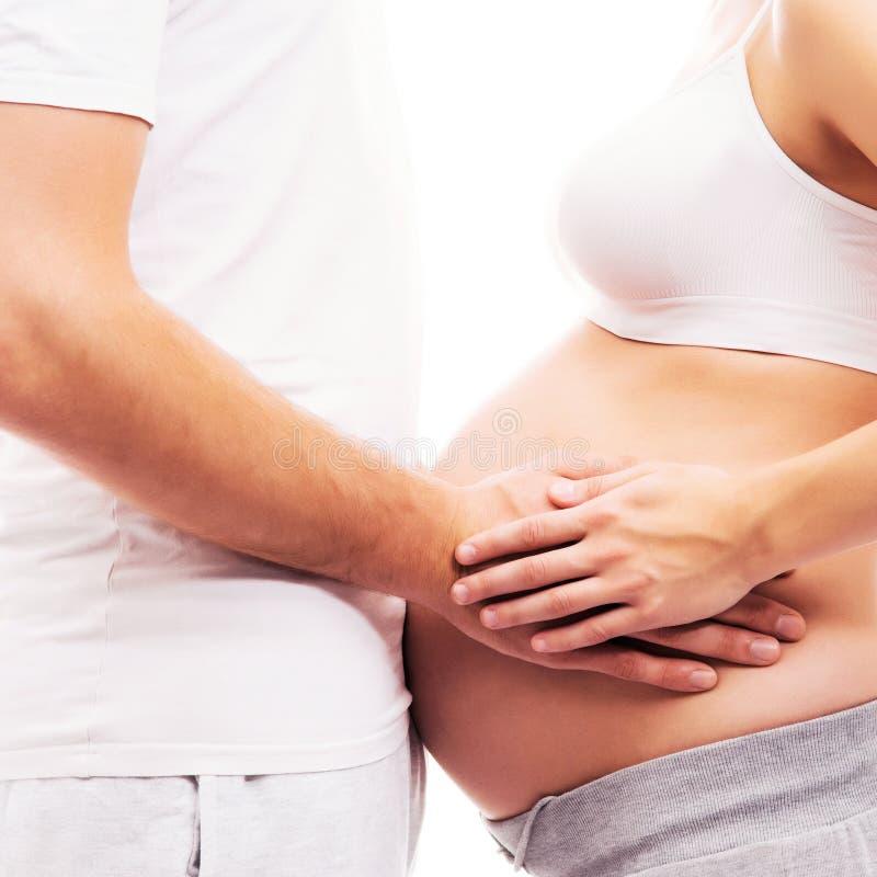 Lichaam van een zwangere vrouw en een houdende van man royalty-vrije stock afbeeldingen