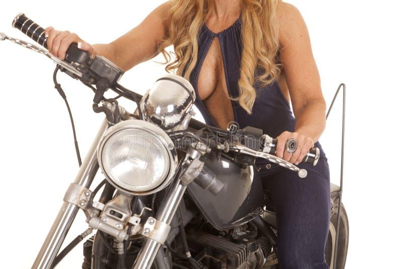 Lichaam van vrouw in pantsuit op fiets stock foto
