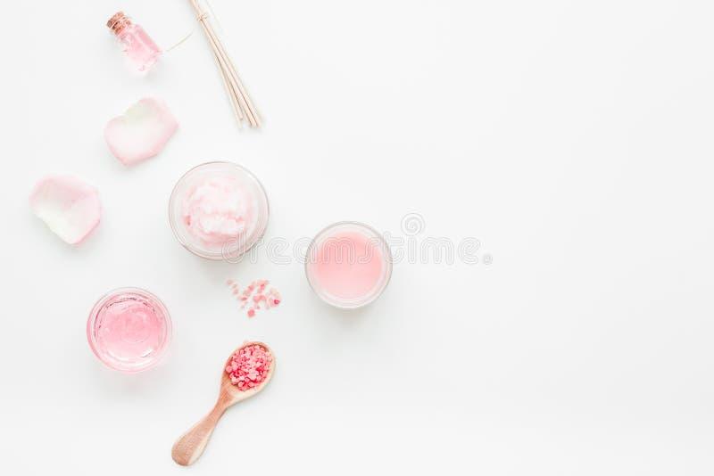 lichaamsbehandeling met roze uittreksel en kosmetische van het achtergrond reeks witte bureau hoogste meningsruimte voor tekst royalty-vrije stock fotografie