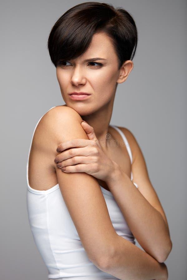Lichaamspijn Mooie Vrouw die Pijn in Schouders en Wapens voelen stock afbeelding