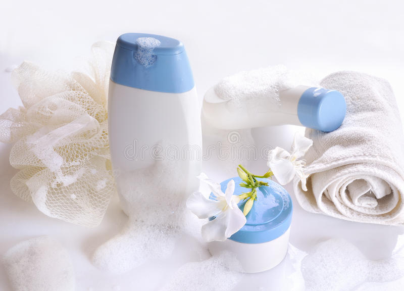 Lichaamsverzorging en schoonheidsproducten vooraanzicht met schuim stock afbeelding