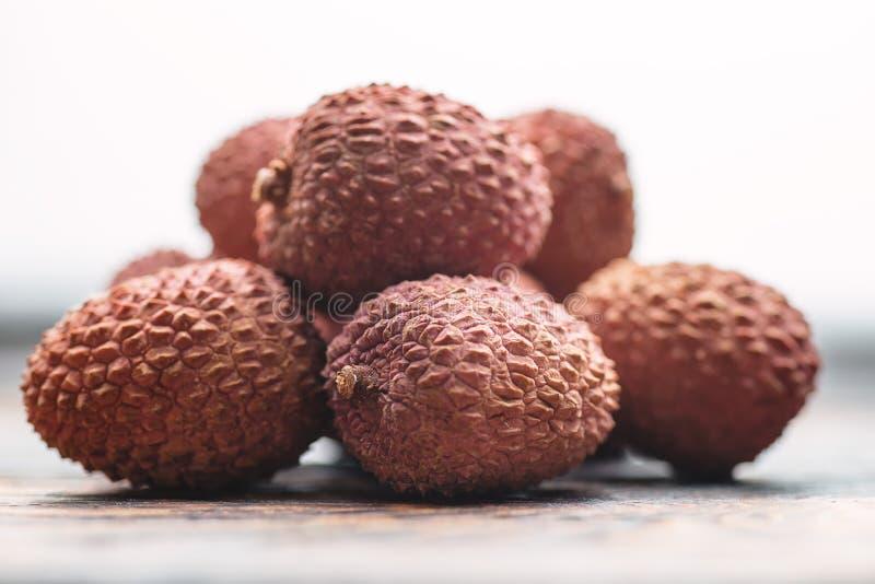 Lichee на деревянном столе, litchi, детали плодоовощ lychee стоковые изображения rf