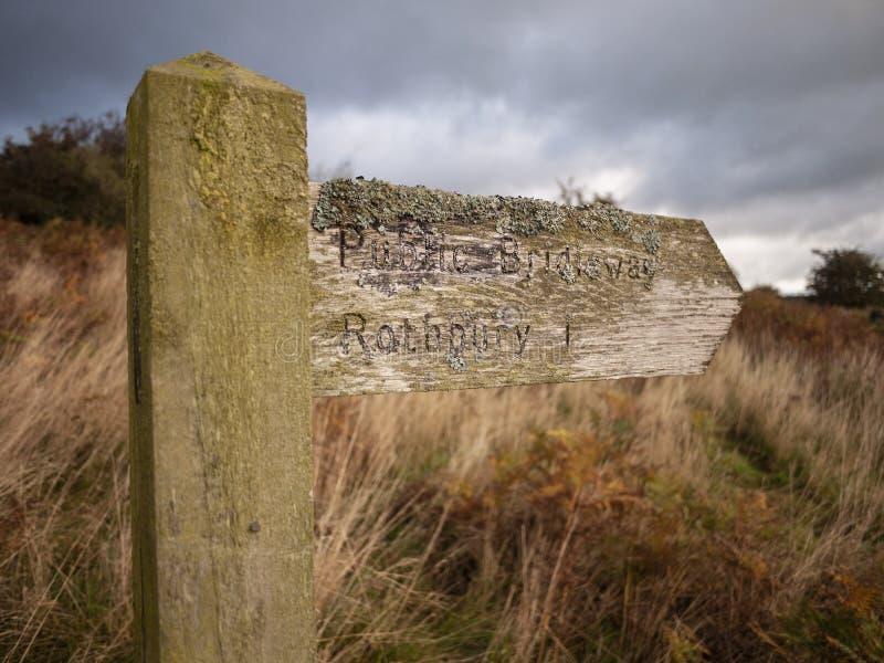 Lichen Covered Wooden Signpost photo libre de droits