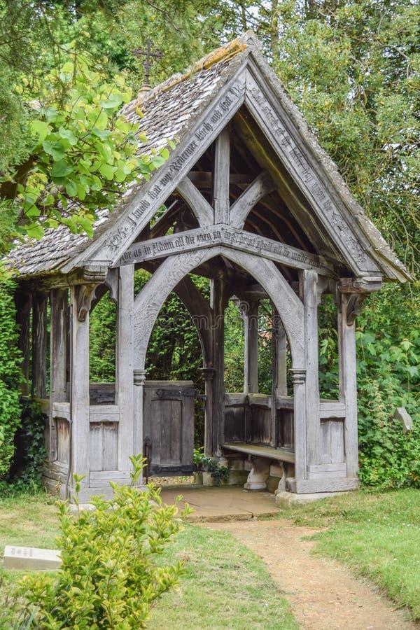 Lichgate no cemitério inglês tradicional imagens de stock
