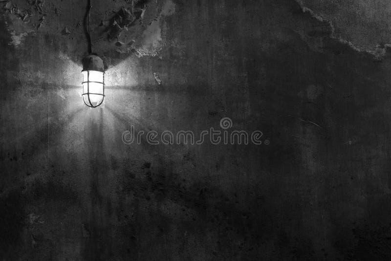 Licht auf Schmutzwand lizenzfreie stockfotos