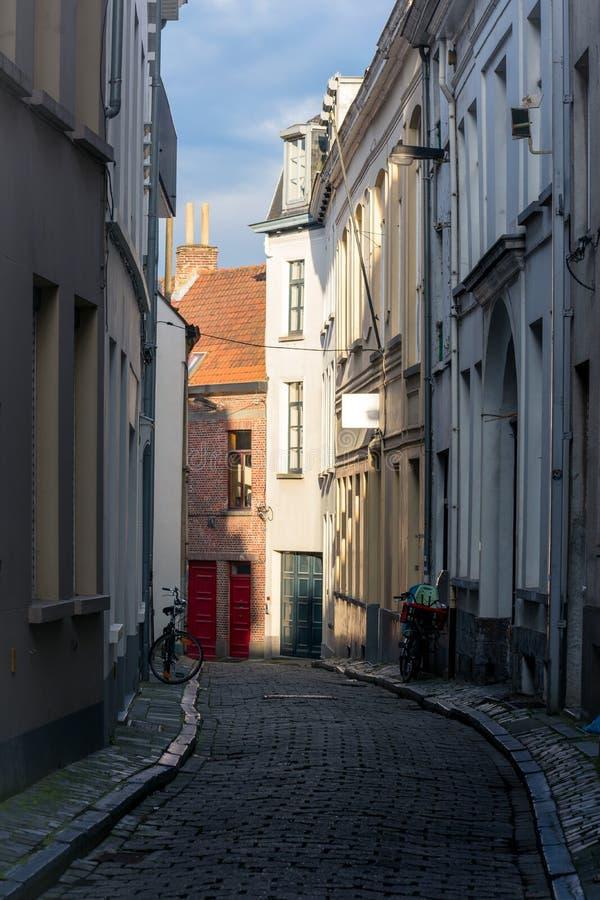 Licht Contrast in een kleurrijke straat in Gant, België royalty-vrije stock afbeeldingen