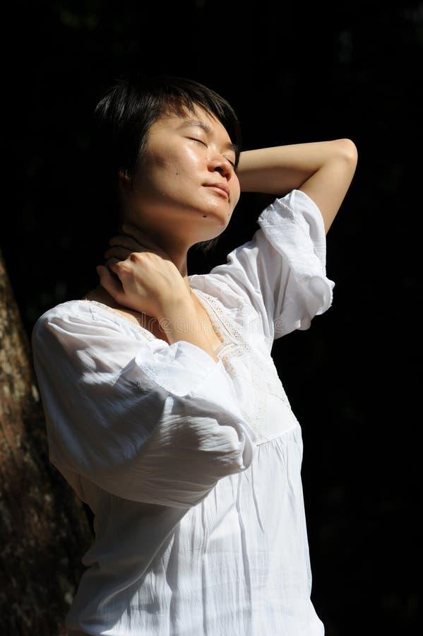 Licht Damen-With The Sun stockfoto