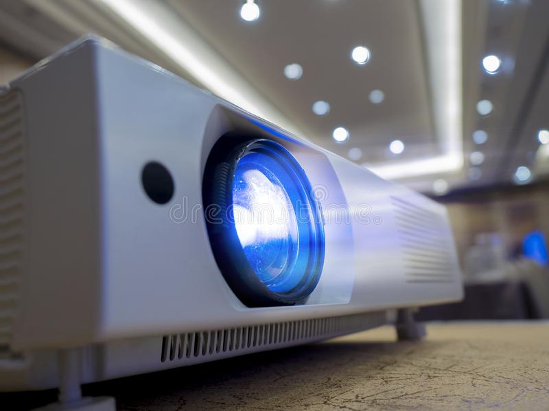Licht, das durch Glaslinse von LED-Projektor glänzt, um herein halb zu verwenden lizenzfreie stockfotografie