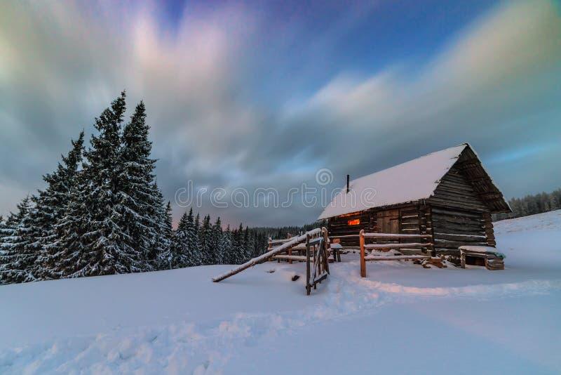 Licht in der gemütlichen Hütte im Winter lizenzfreies stockbild