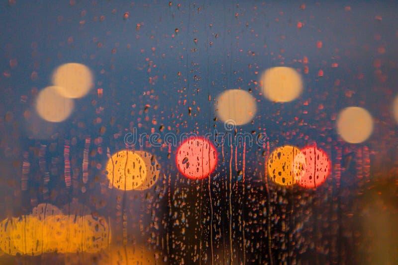 Licht der Glättung von Stadt- und Regentropfen auf dem Fenster Auszug unscharfer Hintergrund stockfotos