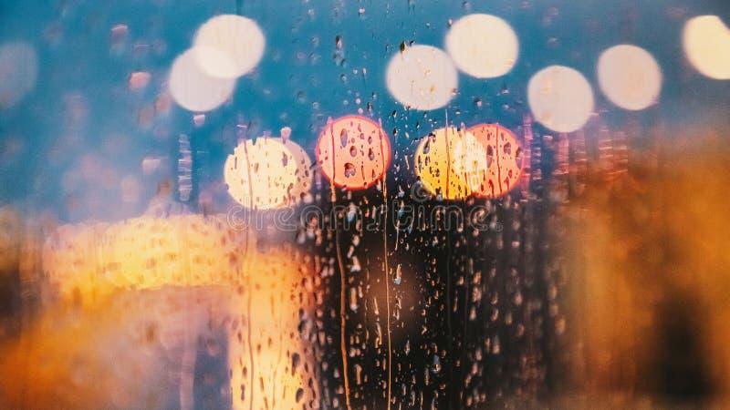Licht der Gl?ttung von Stadt- und Regentropfen auf dem Fenster Auszug unscharfer Hintergrund 16:9 lizenzfreie stockbilder