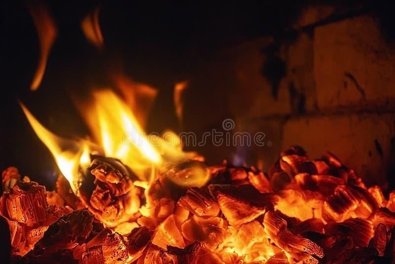 Licht des Feuers Betrachten Sie die bezaubernden Zungen der Flamme stockfotos