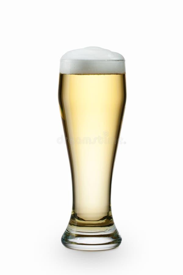 Licht die bier in glas op wit wordt geïsoleerd royalty-vrije stock foto's