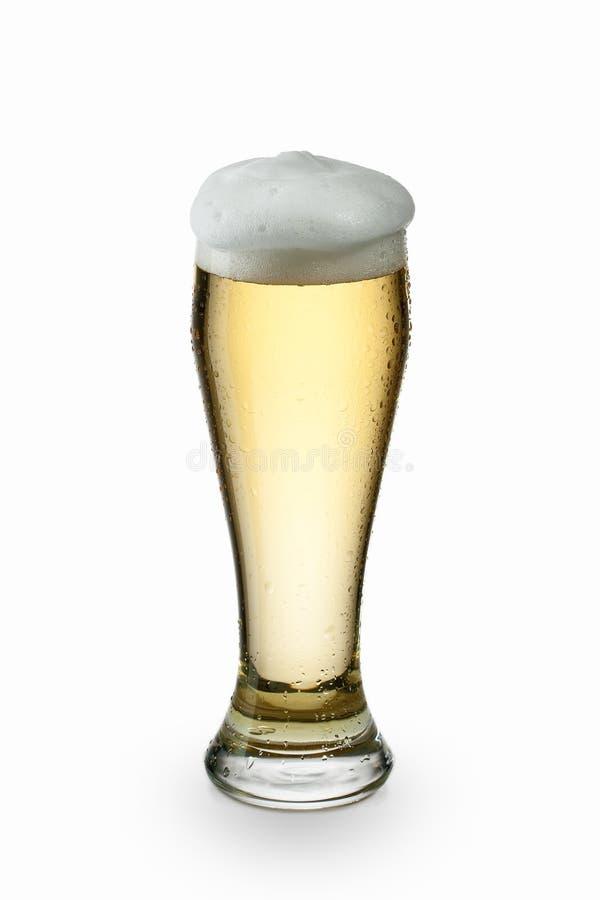 Licht die bier in glas op wit wordt geïsoleerd stock afbeelding