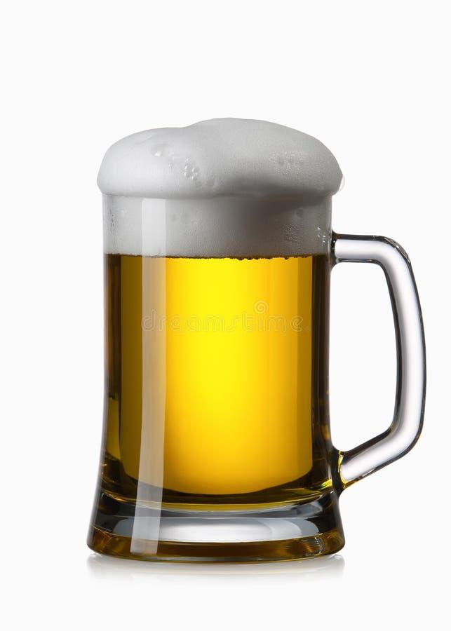 Licht die bier in glas op wit wordt geïsoleerd royalty-vrije stock afbeeldingen