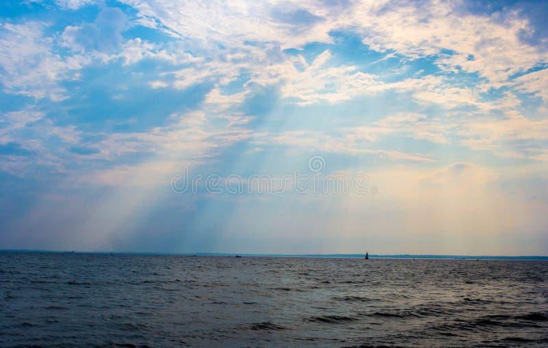 Licht durch die Wolken lizenzfreie stockbilder