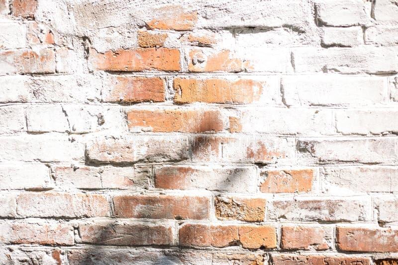 Licht en schaduw op bakstenen muur royalty-vrije stock afbeeldingen