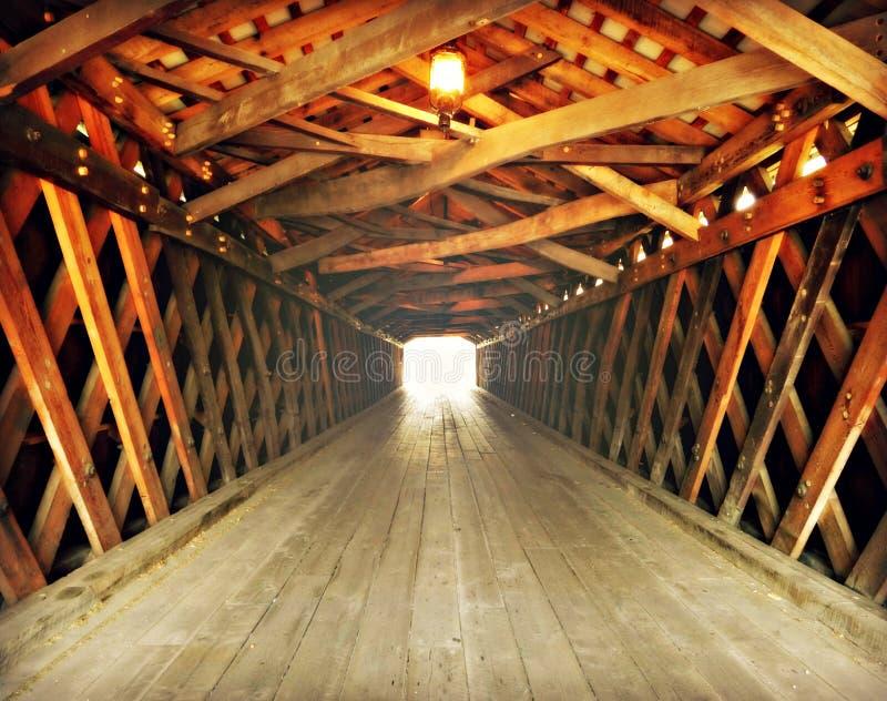 Licht am Ende des Tunnels lizenzfreie stockbilder