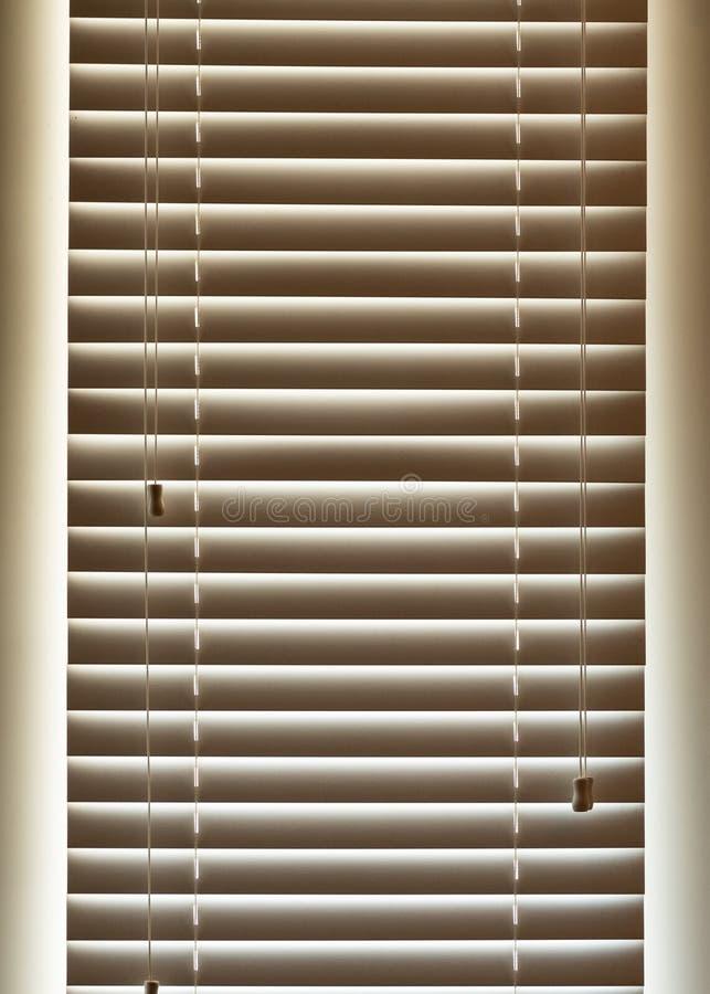 Licht glüht durch geschlossene Vorhänge stockfoto