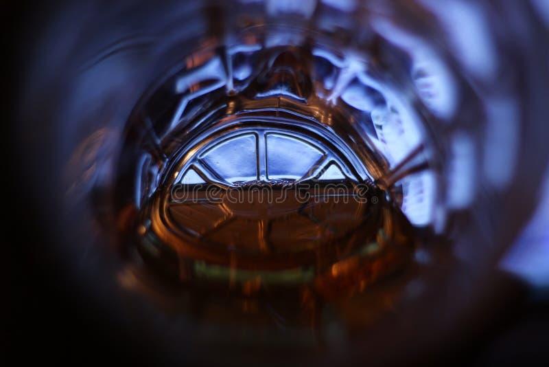 Licht in het eind van een tunnel & x28; een bodem van een biermok met beer& x29; royalty-vrije stock afbeeldingen