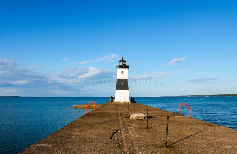 Licht huis aan het eind van het dok op Meer Erie stock foto