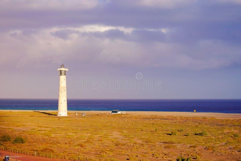Licht huis op het strand in Morro Jable op de Canarische Eilanden Fue stock afbeelding