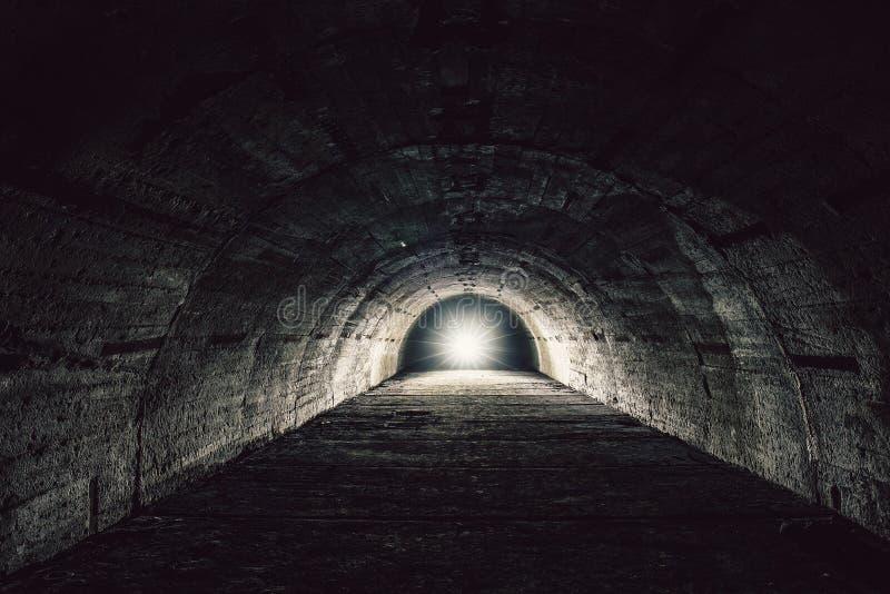 Licht im Endenkonzept Untertägiger konkreter Tunnel oder Korridor des verlassenen Kernbunkers oder des Schutz oder des Kellers lizenzfreies stockfoto