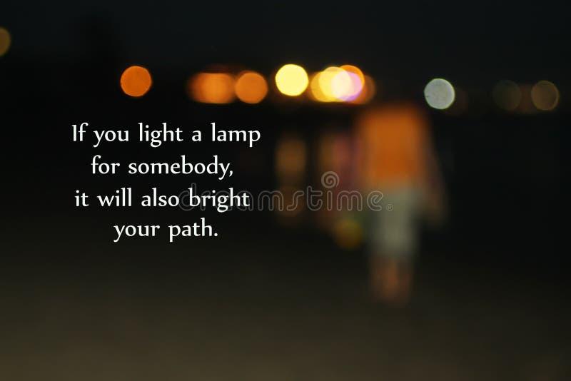 Licht Inspirational citaat - als u een lamp voor somebody aansteekt, zal het ook helder uw weg Met onscherp beeld van jonge vrouw royalty-vrije stock afbeeldingen