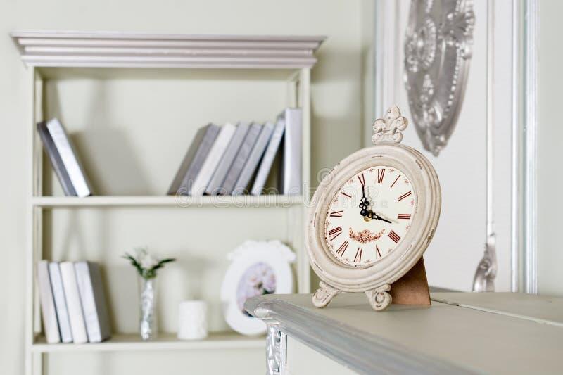 Licht klassiek woonkamerbinnenland Luxueuze Flats royalty-vrije stock afbeelding