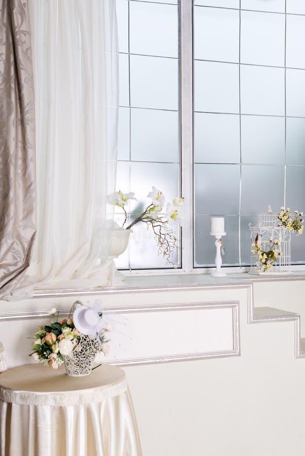 Licht klassiek woonkamerbinnenland met bloemen Luxueuze Flats stock afbeelding