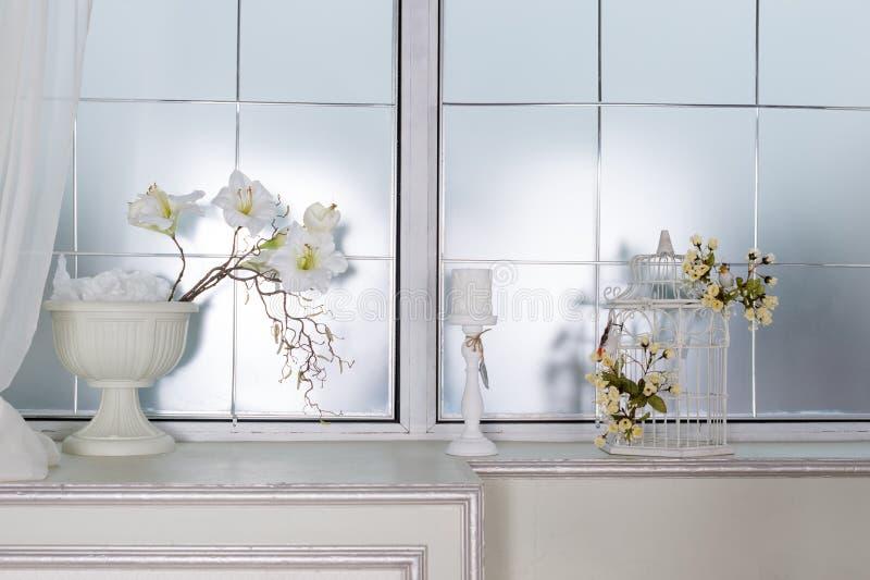 Licht klassiek woonkamerbinnenland met bloemen Luxueuze Flats stock foto