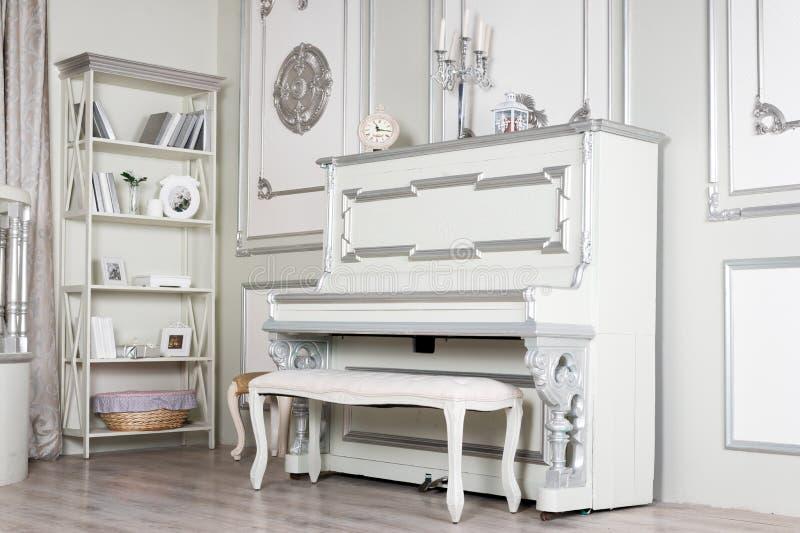 Licht klassiek woonkamerbinnenland met piano Luxueuze Flats royalty-vrije stock afbeelding