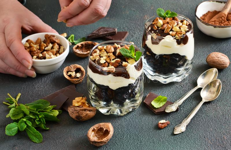 Licht low-calorie dessert met room, noten en vruchten stock afbeelding
