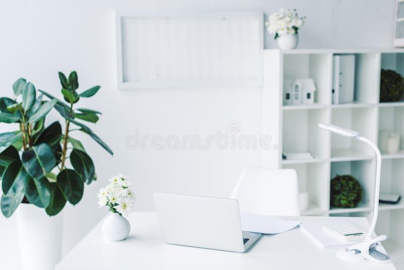licht modern bureau met documenten en laptop royalty-vrije stock foto's